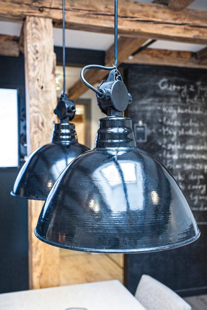 oryginalna odrestaurowana lampa fabryczna stanowi główną ozdobę we wnętrzu loftowym